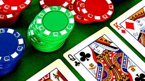 کارت های بازی پوکر به چه صورت بین بازیکنان پخش می شود؟